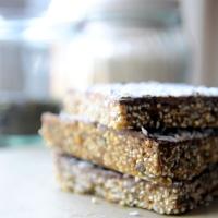 Daktylowo-imbirowe batony z amarantusem i czekoladą. Wegańskie słodkości bez pieczenia.