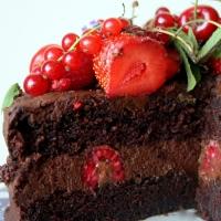 Podwójnie czekoladowy tort z letnimi owocami. Wegański.