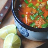 Wegańska zupa Tom Yum z tofu