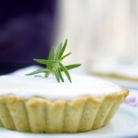 Pięć pomysłów na wegańskie smakołyki z rabarbarem