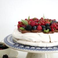 Pavlova z kremem czekoladowym i letnimi owocami