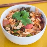 Wiosenny Pad Thai ze szparagami i rzodkiewką