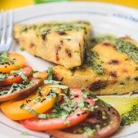 Smażona polenta z suszonymi pomidorami i natką pietruszki