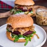 Najlepsze burgery buraczane z karmelizowaną cebulką