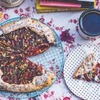 Jesienne wegańskie galette ze śliwkami i pistacjami
